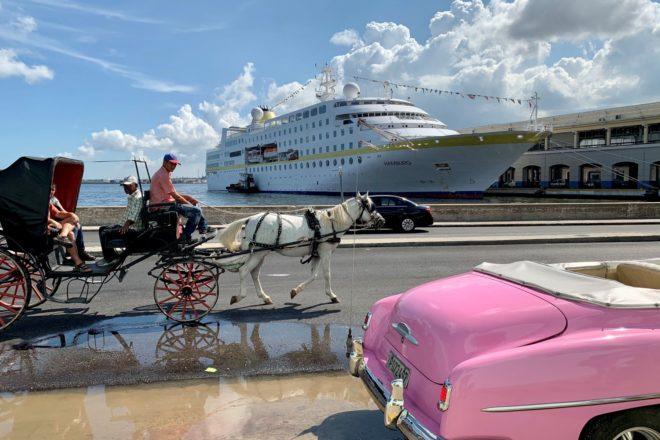 """Die """"MS Hamburg"""" im Hafen von Havanna: Hier sollte man sich eine Fahrt mit der Kutsche oder in den berühmten Oldtimern in rosa, türkis oder gelb nicht entgehen lassen, am besten natürlich im Cabrio."""