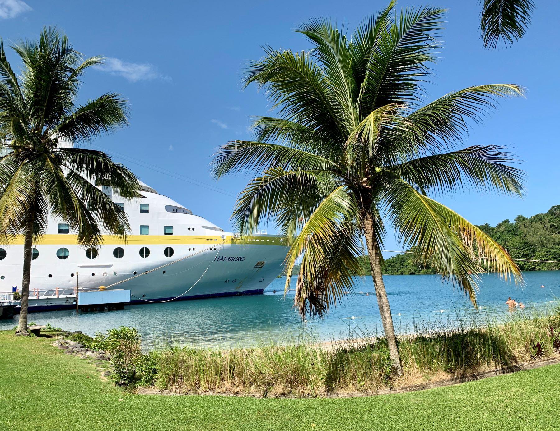 Ganz nah dran: Die MS Hamburg im Hafen von Port Antonio auf Jamaika. Direkt davor kann man baden.