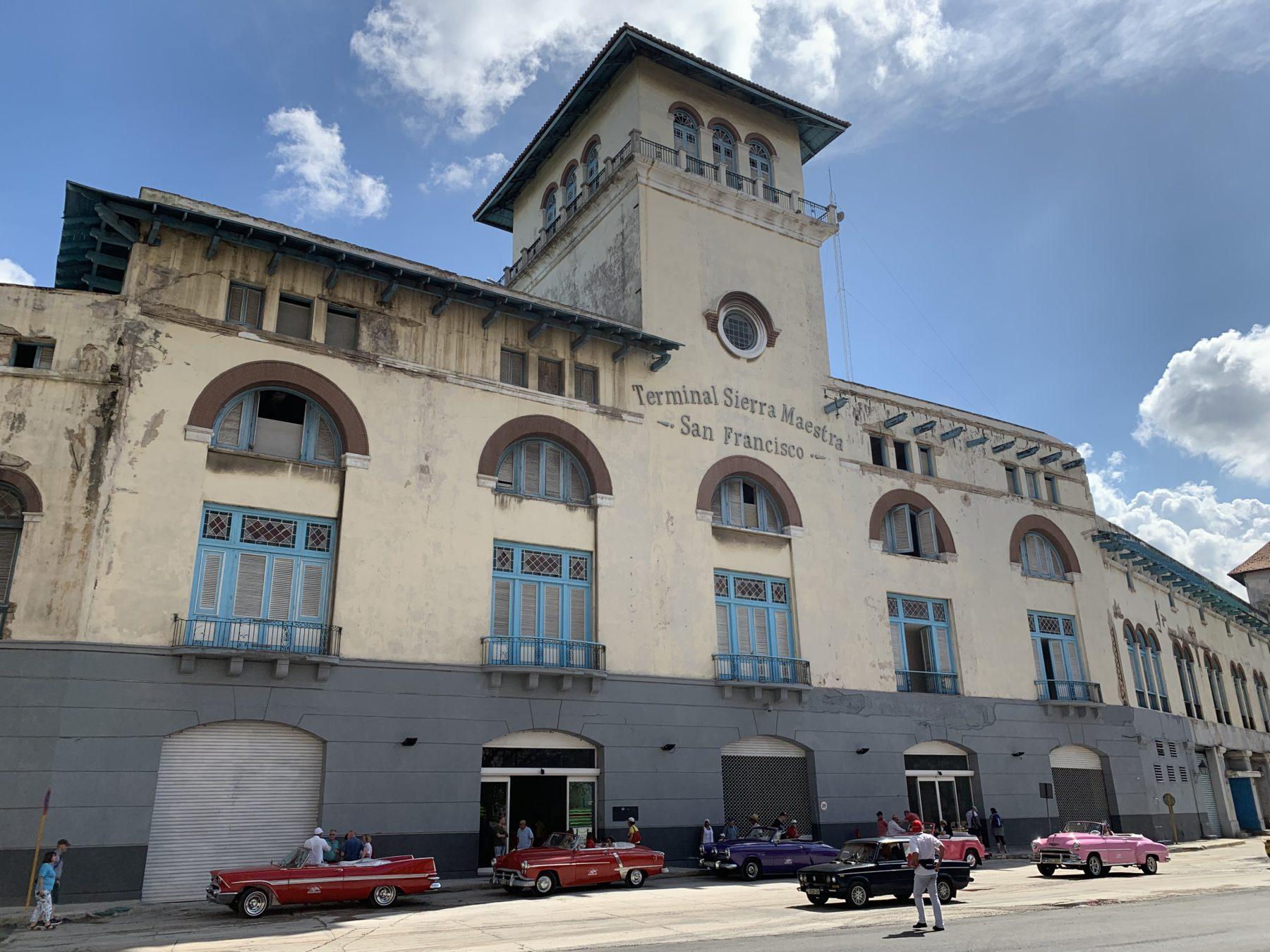 Das historische Schiffsterminal liegt direkt in der Altstadt von Havanna.