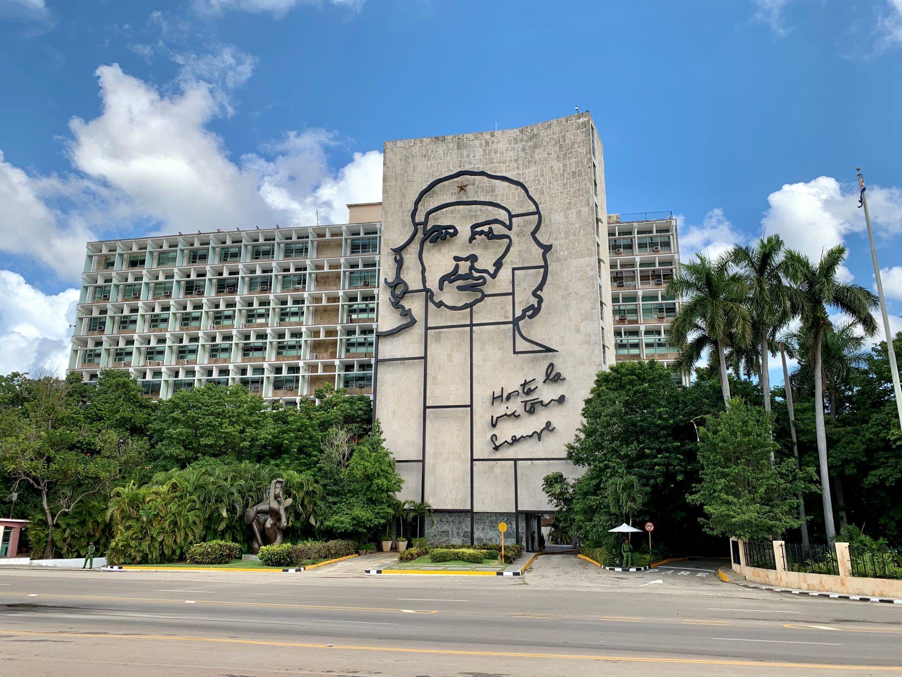 Mit dem Oldtimer gelangt man schnell an den außerhalb des Stadtzentrums liegenden Plaza de la Revolución.